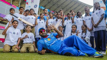 Mohammad Shahzad with young fans in Nagpur