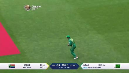 WICKET: Morris falls to Junaid for 28