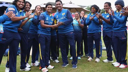 Hemantha Devapriya, coach of sri Lanka presents Shashikala Siriwardene with a cap to mark her 100th ODI.