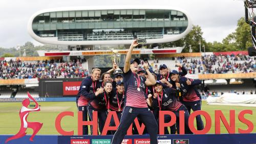 England pose with the ICC Women's World Cup 2017 trophy