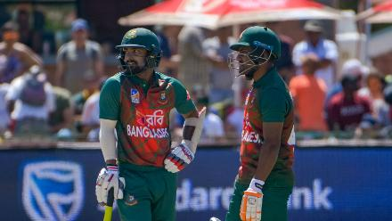 Liton Das and Imrul Kayes put on an opening partnership of 43 runs.