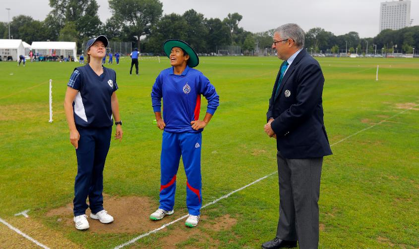 Sornnarin Tippoch and Kathryn Bryce awaited the toss on a wet day Utrecht