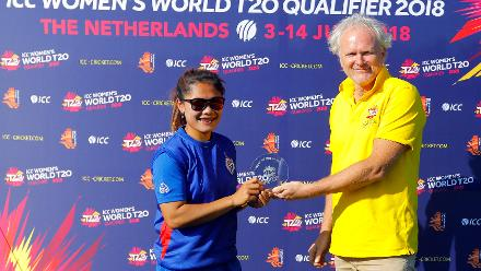 Venue Manager of Kampong presenting the Player of Match award to Chanida Sutthiruang, 2nd Play-off Semi-Final, at Utrecht, Jul 12th 2018.