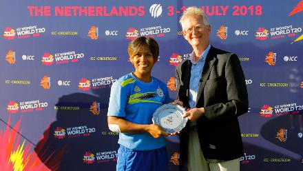 Thailand Capt S Tippoch recieving the Plate from Mr Tony for the 5th Ranking position, Final, ICC Women's World Twenty20 Qualifier at Utrecht, Jul 14 2018: