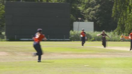 WT20Q: Netherlands v UAE – The Netherlands fielder takes a comfortable catch
