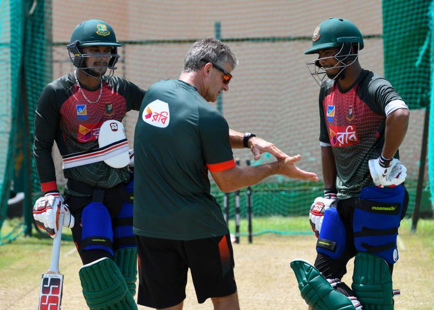 Steve Rhodes chats with Sabbir Rahman and Mosaddek Hossain during a Bangladesh training session