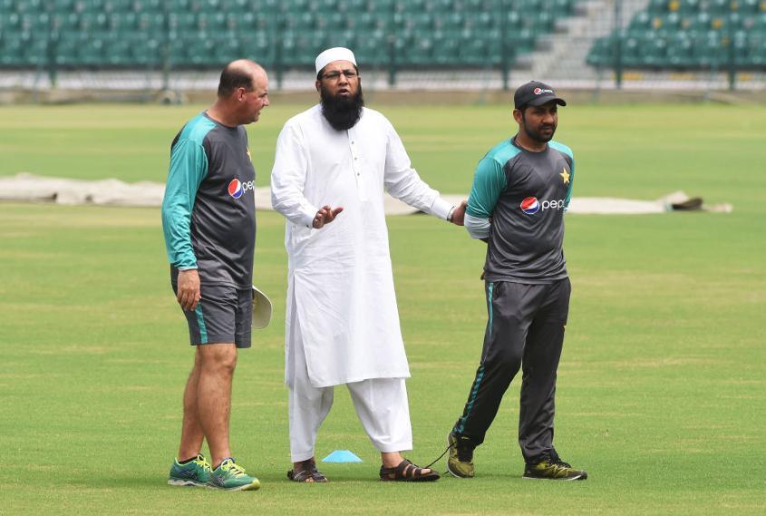 Chief selector Inzamam-ul-Haq (C) talks with Pakistan coach Mickey Arthur (L) and captain Sarfraz Ahmed