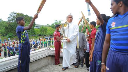 Arjuna Ranatunga gets a guard of honour as he carries the trophy