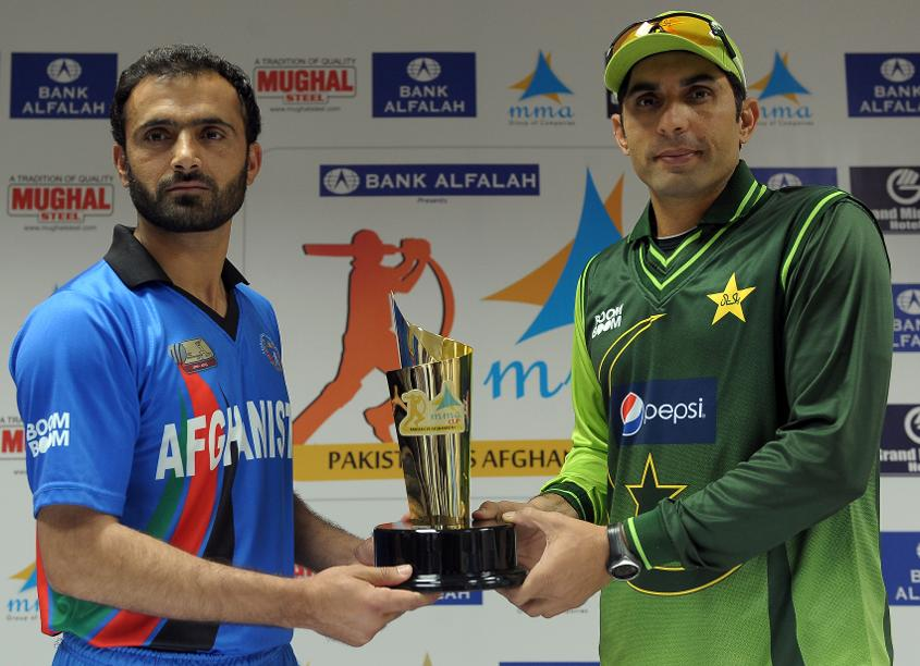 Afghanistan captain Nawroz Mangal with his Pakistan counterpart Misbah ul-Haq in 2012